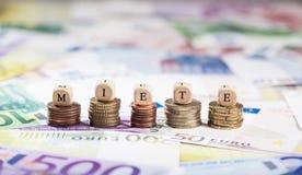 Ord Miete på myntbuntar, kontant bakgrund Royaltyfria Foton