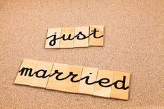 Ord på sand som att gifta sig precis Arkivbilder