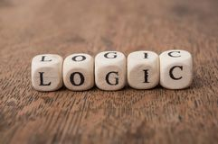 ord p? tr?kuben p? tr?skrivbordbakgrundsbegreppet - logik royaltyfri fotografi