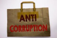 Ord som skriver anti-korruption Affärsidéen för korrumperad text för bestickning som var skriftlig på shoppingpåsen, vit isolerad royaltyfria foton