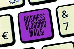 Ord som skriver Blogging poster för textaffär Affärsidéen för online-tidskrift offentliggör eller annonserar en website arkivfoton