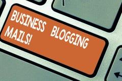 Ord som skriver Blogging poster för textaffär Affärsidéen för online-tidskrift offentliggör eller annonserar en website arkivbilder