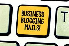 Ord som skriver Blogging poster för textaffär Affärsidéen för online-tidskrift offentliggör eller annonserar en website royaltyfria bilder