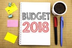Ord som skriver budgeten 2018 Affärsidé för hushållet som budgeterar att planera för redovisning som är skriftligt på bakgrund w  Royaltyfri Bild