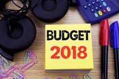 Ord som skriver budgeten 2018 Affärsidé för hushållet som budgeterar att planera för redovisning som är skriftligt på klibbigt an Royaltyfri Bild
