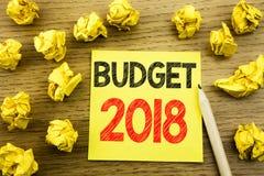 Ord som skriver budgeten 2018 Affärsidé för hushållet som budgeterar att planera för redovisning som är skriftligt på klibbigt an Arkivbild