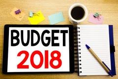 Ord som skriver budgeten 2018 Affärsidé för hushållet som budgeterar att planera för redovisning som är skriftligt på minnestavla Arkivfoton