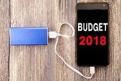 Ord som skriver budgeten 2018 Affärsidé för hushållet som budgeterar att planera för redovisning som är skriftligt på mobil mobil Royaltyfri Fotografi