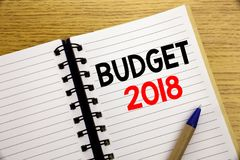 Ord som skriver budgeten 2018 Affärsidé för hushållet som budgeterar att planera för redovisning som är skriftligt på notepaden m Fotografering för Bildbyråer