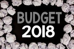 Ord som skriver budgeten 2018 Affärsidé för hushållet som budgeterar att planera för redovisning som är skriftligt på svart bakgr Arkivbilder