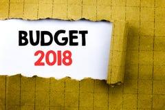 Ord som skriver budgeten 2018 Affärsidé för hushållet som budgeterar att planera för redovisning som är skriftligt på vitbok på d Arkivfoton