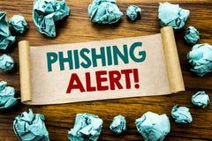 Ord som skriver den Phishing varningen Affärsidé för bedrägerivarningsfara som är skriftlig på klibbigt anmärkningspapper, träbak Fotografering för Bildbyråer