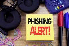 Ord som skriver den Phishing varningen Affärsidé för bedrägerivarningsfara som är skriftlig på klibbigt anmärkningspapper på träb Arkivfoton