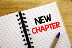 Ord som skriver det nya kapitlet Affärsidé för att starta nytt framtida liv som är skriftligt på notepaden med kopieringsutrymme  fotografering för bildbyråer