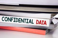 Ord som skriver förtroliga data Affärsidé för hemligt skydd som är skriftligt på boken på den vita bakgrunden arkivfoton