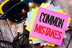 Ord som skriver gemensamma fel Affärsidé för det gemensamma begreppet som är skriftligt på klibbig anmärkning med kopieringsutrym Royaltyfria Foton