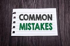 Ord som skriver gemensamma fel Affärsidé för det gemensamma begreppet som är skriftligt på klibbigt anmärkningspapper på den mörk Fotografering för Bildbyråer