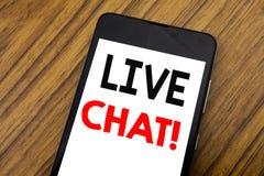 Ord som skriver handskrift Live Chat Affärsidé för kommunikationen Livechat som är skriftlig på mobiltelefonmobiltelefonen, träba Royaltyfria Bilder