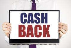 Ord som skriver kassa tillbaka Cashback Affärsidé för pengarförsäkring som är skriftlig på minnestavlabärbar datorinnehav vid den arkivfoton