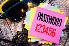 Ord som skriver lösenord 123456 Affärsidé för säkerhetsinternet som är skriftlig på klibbig anmärkning med kopieringsutrymme på g Fotografering för Bildbyråer