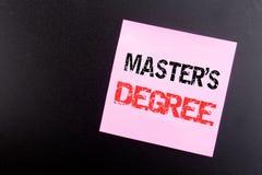 Ord som skriver ledar- s-grad Affärsidé för akademisk utbildning som är skriftlig på den klibbiga anmärkningen, svart bakgrund me arkivfoto