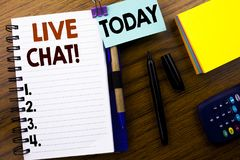 Ord som skriver Live Chat Affärsidé för kommunikationen Livechat som är skriftlig på bokanmärkningspapper på träbakgrunden Med på Fotografering för Bildbyråer