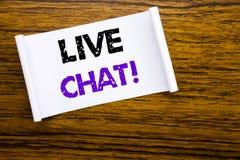 Ord som skriver Live Chat Affärsidé för kommunikationen Livechat som är skriftlig på klibbigt anmärkningspapper på den träwood st Arkivfoto
