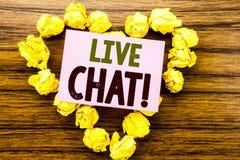 Ord som skriver Live Chat Affärsidé för kommunikationen Livechat som är skriftlig på klibbigt anmärkningspapper på träbakgrunden Arkivbilder