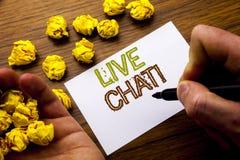 Ord som skriver Live Chat Begrepp för kommunikationen Livechat som är skriftlig på anteckningsbokanmärkningspapper på träbakgrund Arkivbilder
