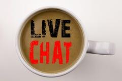 Ord som skriver Live Chat text i kaffe i kopp Affärsidé för att prata begrepp för kommunikationsDigital rengöringsduk på vit bakg Arkivbilder