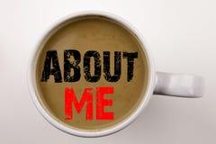 Ord som skriver om mig text i kaffe i kopp Affärsidé för personlig identitet för självmedvetenhet på vit bakgrund med kopian Royaltyfri Fotografi