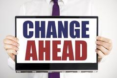 Ord som skriver rött ord för ändring framåt Affärsidéen för framtid ändrar skriftligt på minnestavlabärbar datorinnehav vid den s Arkivbild
