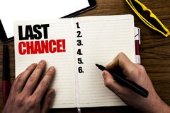 Ord som skriver sista chansen Affärsidé för stopptidTid att avsluta som är skriftligt på boken, träbakgrund med affärsmanhanden,  Royaltyfria Foton