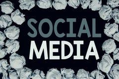 Ord som skriver socialt massmedia Affärsidé för socialt massmedia för gemenskap som är skriftligt på svart bakgrund med kopiering Fotografering för Bildbyråer