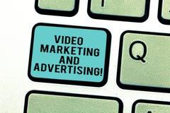 Ord som skriver text den videopd marknadsföringen och annonserar Affärsidé för strategi för optimization för befordranaktion fotografering för bildbyråer