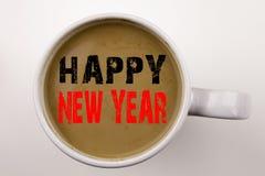 Ord som skriver text för lyckligt nytt år i kaffe i kopp Affärsidé för julberöm på vit bakgrund med kopieringsutrymme Arkivbilder