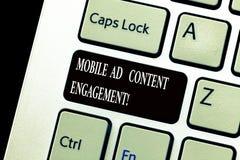 Ord som skriver text mobil annonsinnehållskoppling Affärsidé för socialt massmedia som annonserar befordranstrategier royaltyfri foto