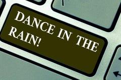 Ord som skriver textdans i regnet Affärsidé för Enjoy tangentbordet för barnsliga aktiviteter för regnig dag det lyckliga dansa arkivbilder