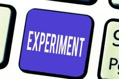 Ord som skriver textexperiment Affärsidéen för vetenskapligt tillvägagångssätt gör upptäcktprovhypotes visar royaltyfri bild
