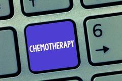 Ord som skriver textkemoterapi Affärsidé för effektiv väg av att behandla cancer- silkespapper i kroppen royaltyfri fotografi