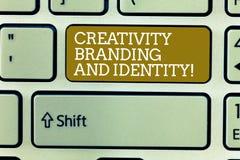 Ord som skriver textkreativitetatt brännmärka och identitet E fotografering för bildbyråer