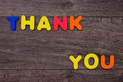 Ord tackar dig från träbokstäver Arkivbild