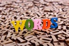 Ord uttrycker gjort av träbokstäver Royaltyfria Bilder