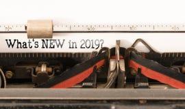 Ord vad är NY i 2019 som är skriftlig på tappningskrivmaskinen fotografering för bildbyråer