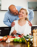 Ordatary mature couple cooking together Royalty Free Stock Photos