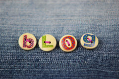 Ordbloggen som stavas i bokstavsmarkerade knappar på grov bomullstvill Royaltyfria Foton