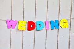Ordbröllop vid kulöra bokstäver på staketet Royaltyfria Foton