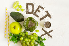 Orddetoxen göras från chiafrö Gröna smoothies och ingredienser Begreppet av bantar och att rentvå kroppen, sunt äta arkivfoto