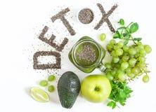 Orddetoxen göras från chiafrö Gröna smoothies och ingredienser Begreppet av bantar och att rentvå kroppen, sunt äta royaltyfri bild