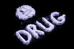 Orddrog och en hög av den vita drogen Royaltyfri Fotografi